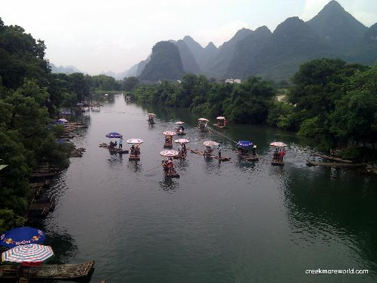 Yangshuo County, Cina: Rafts departing the Yulong bridge