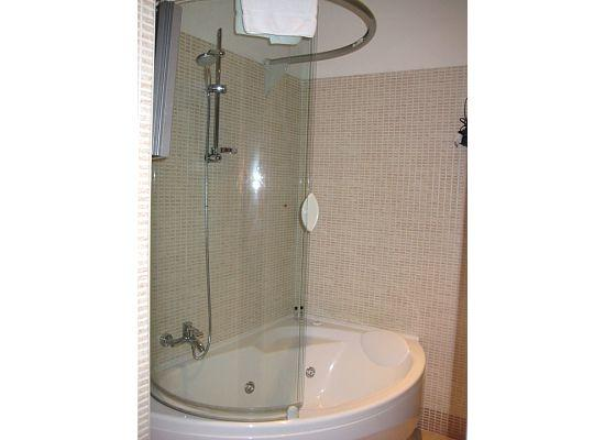 Target Inn: Suite jacuzzi tub, a little leaky