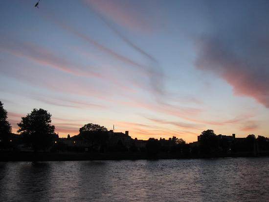 Acorn Guest House: twilight in Inverness
