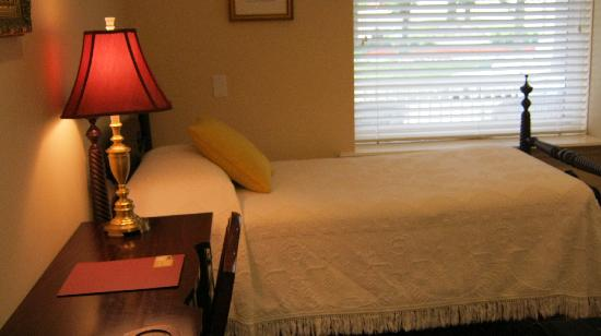 Woodley Park Guest House: We needed a room with twin beds