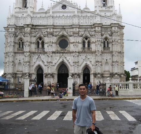 Tourin El Salvador: Church on Plaza Major in Santa Ana