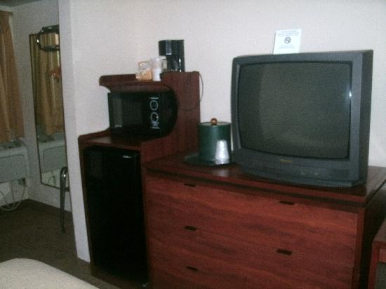 Howard Johnson Waukegan Great Lakes: TV and microwave/fridge