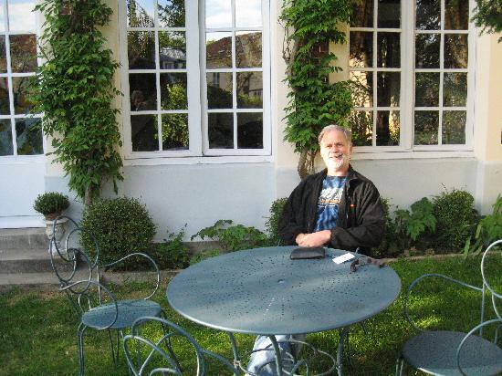 L'Orangerie White-Palacio: Relaxing in the garden on our first day.