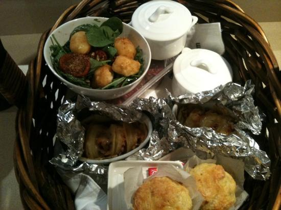 Seaview Farm Retreat: dinner basket