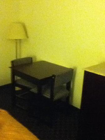 Econo Lodge: bedroom1