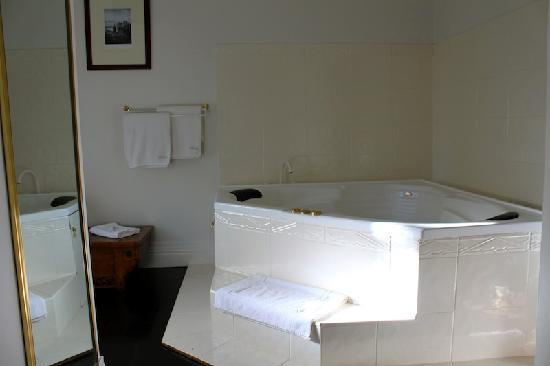 Moulton Park Cottages : Spa bath!