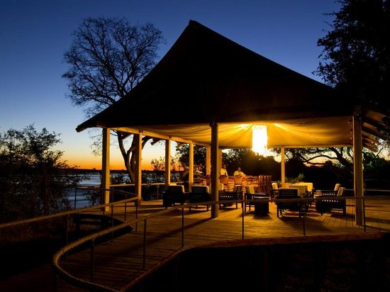 Wilderness Safaris Toka Leya Camp: Toka Leya Bar by night