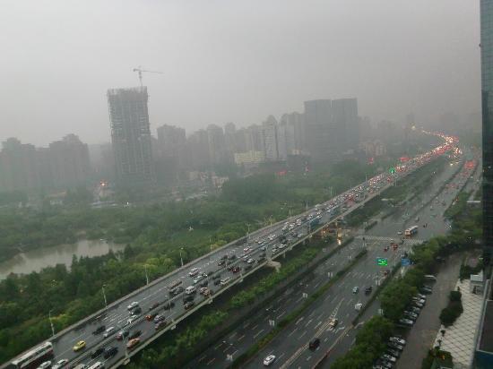 Renaissance Shanghai Yangtze Hotel: 緑地公園の向うが10号線伊梨路站