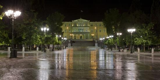 Atenas, Grecia: Night shot The Greek Parliament, view from Syntagma Sq.