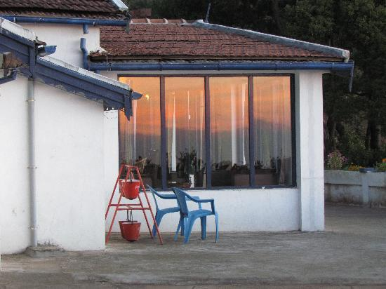 I-India: Sunrise against the windows... with fire safety!