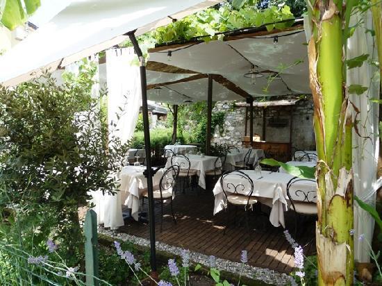 Osteria al Torcol: Gartenplätze, gegenüber der Terrasse.