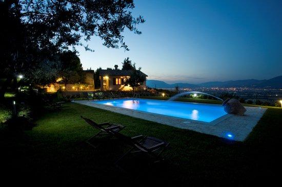 Agriturismo Il Girasole: Piscina di notte