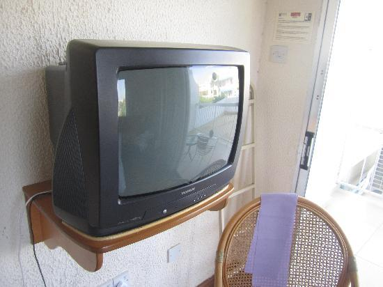 Pernera Beach Hotel : Old television matches the old hotel