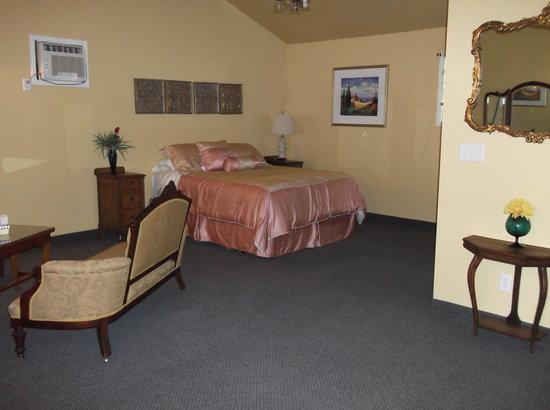 The Wandering Pheasant Inn: Our room...very clean!