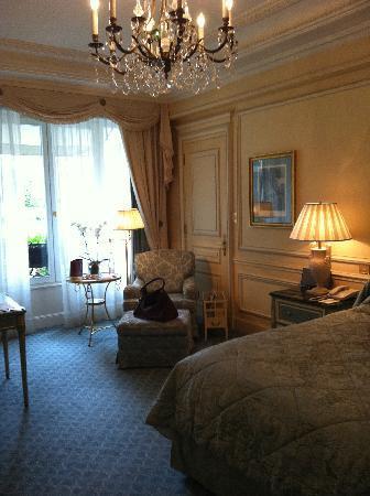 Four Seasons Hotel George V Paris: altro particolare della zona letto