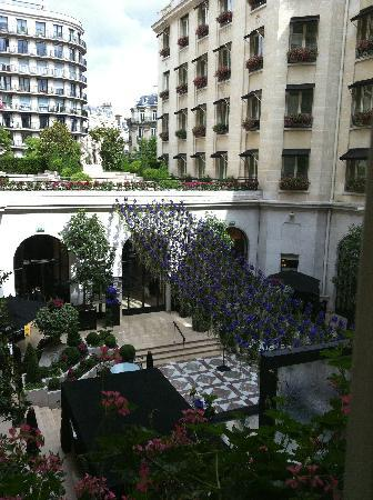 Four Seasons Hotel George V Paris: scorcio del giardino
