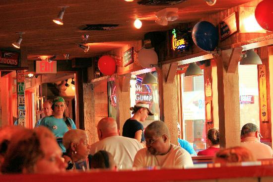 Bubba Gump Shrimp Co.: Happy customers and staff