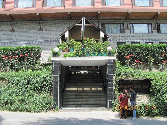 Honeymoon Inn Manali: Entrance of the hotel