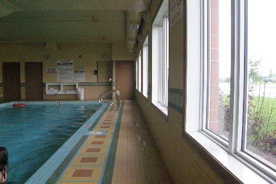 Best Western Grande Prairie Hotel & Suites : shower for pool is at back (so are bathrooms)