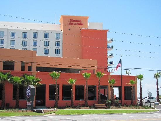 Hampton Inn & Suites Orange Beach: Hotel streetside