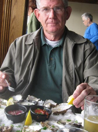 Reluctant Fisherman Inn: Eating oysters