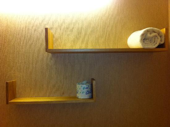 Felicita Golf Resort and Spa: Bathroom shelves upon arrival