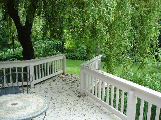 Applewood Hollow Bed and Breakfast: private patio area