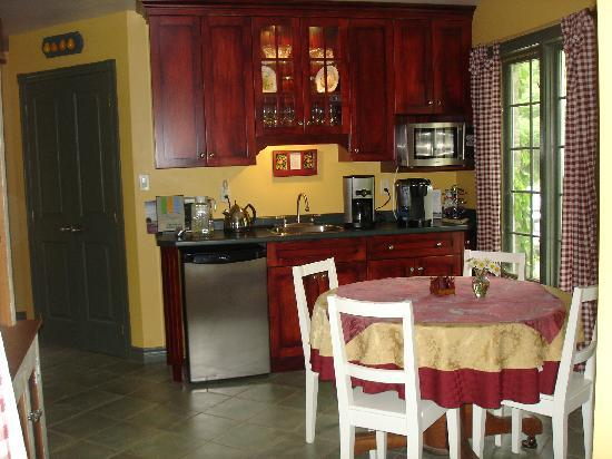 Applewood Hollow Bed and Breakfast: guest kitchen