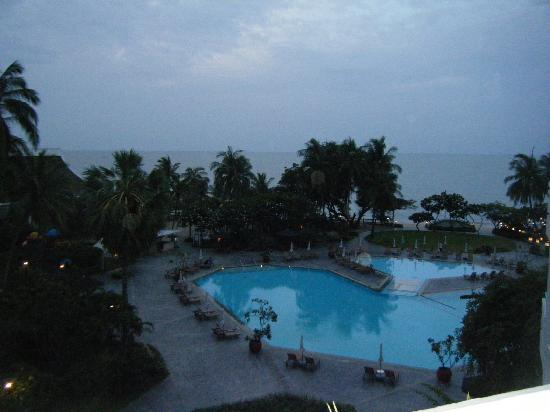 The Regent Cha Am Beach Resort: Pool view from hotel room