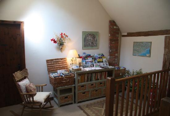 Hallwood Farm Oast B & B: Guides, maps and books for guests to borrow