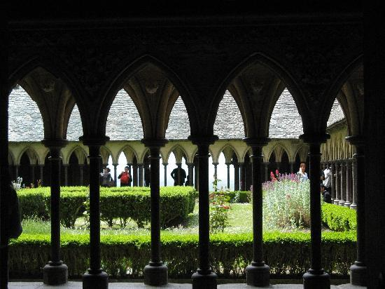 Mont-Saint-Michel, Fransa: The cloister at Mont-St-Michel