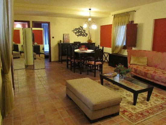 Avalon Boutique Suites Hotel: Wohnzimmer (mit Kamin) mit großem Tisch