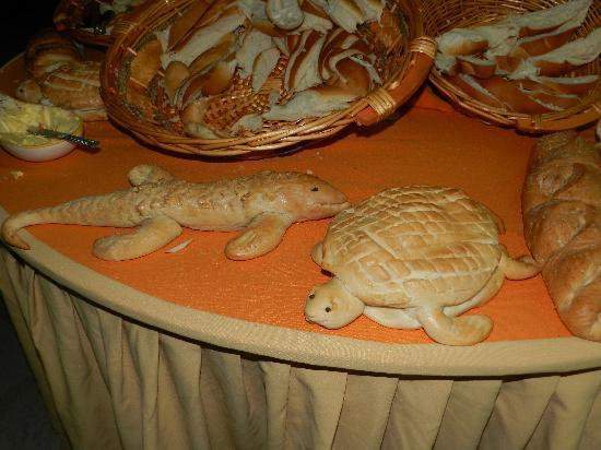 Isla Caribe Beach Hotel : Decoración en la mesa de los panes