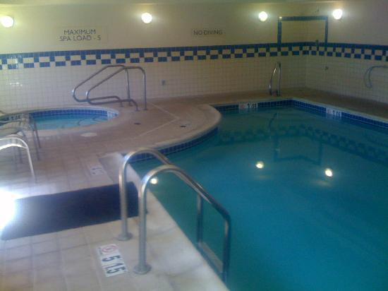 Fairfield Inn & Suites Ukiah Mendocino County: Indoor pool and whirlpool