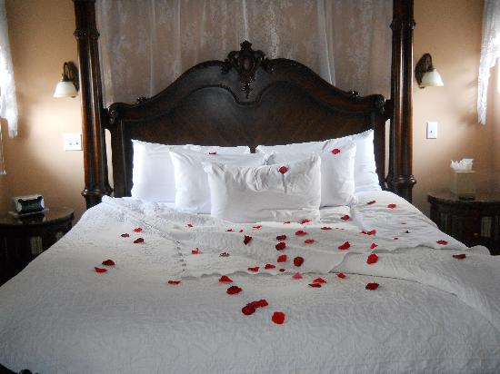 Watergarden Inn at the Bay: Most beautiful bed ever