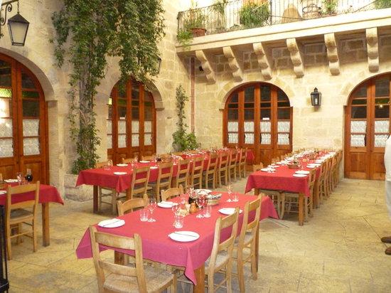 Qormi, Μάλτα: The restaurant. Yes it is inside.