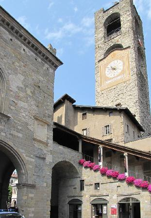 Bergamo, Italien: Bell tower, in the Piazza