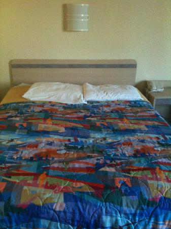 Motel 6 San Diego Hotel Circle- Mission Valley : The flattest pillows and most uncomfortable bed EVER