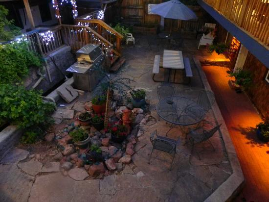 Jemez Mountain Inn: The courtyard