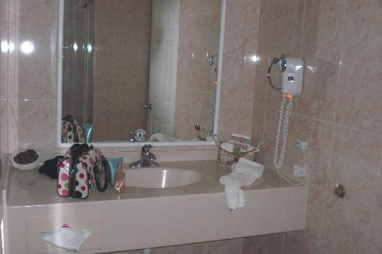 Crews Inn Hotel & Yachting Centre : Wide vanity in bathroom