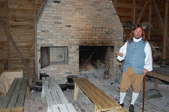 Plantation Kitchen House tour guide in outdoor kitchen house - picture of destrehan