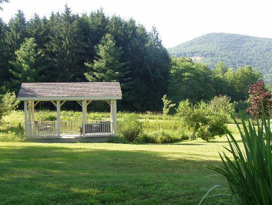 Featherbed Inn: Gazebo overlooking pond