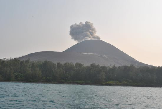 ‪‪Krakatau Volcano (Krakatoa)‬: small erruption of Anak kraktau‬