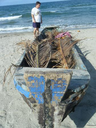 Honduras Shores Plantation: The local fisherman's boat