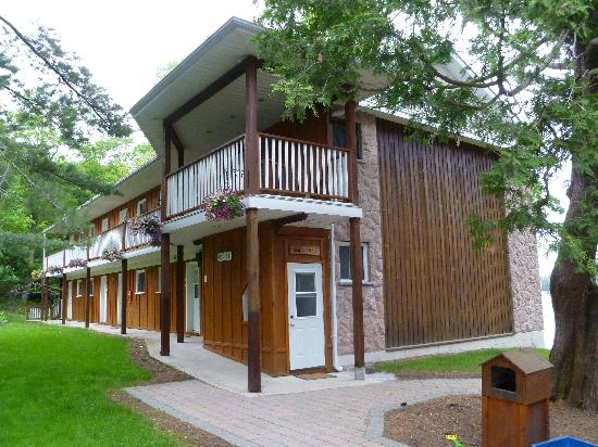 Port Carling, Canada: This is motel-like building where my room was. There is a downstairs where there is a pool table
