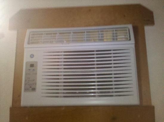 Larian Motel: Brand new A/C Units In Rooms - Worked GREAT!!!