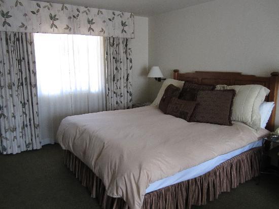 Horizon Inn & Ocean View Lodge: Comfortable King-Size Bed
