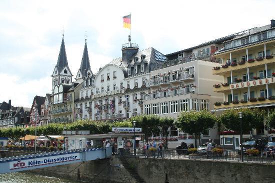 Bellevue Rheinhotel: Central location on riverside promenade.