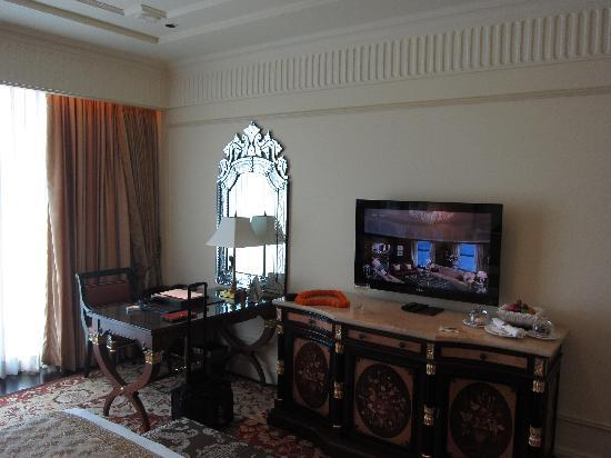 The Leela Palace New Delhi: Work Table