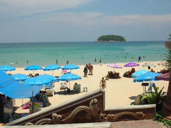 Kata Beach Spa Resort: spiaggia vista dal pool side bar